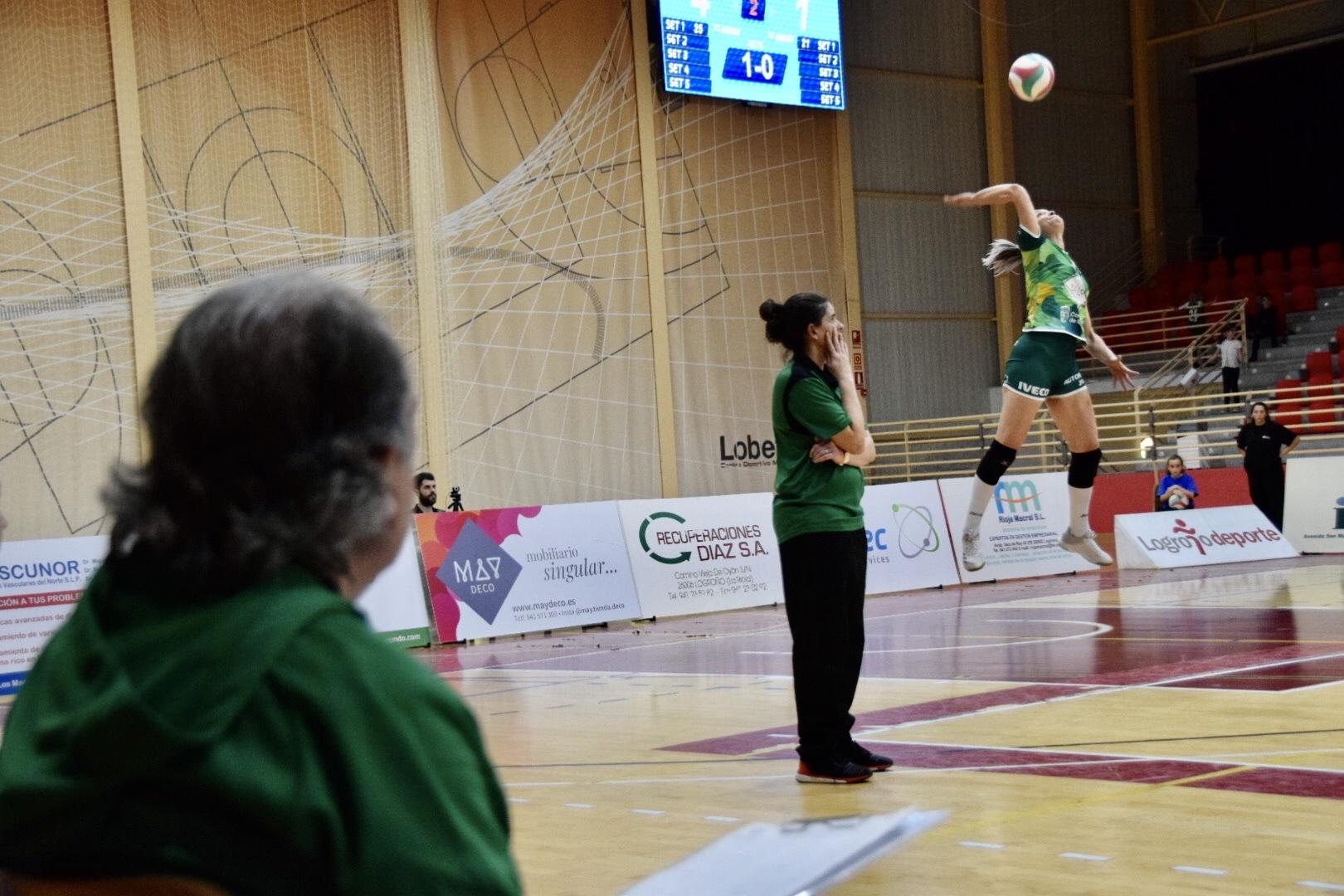Photo of El Voleibol Logroño se mantiene firme en el liderato de la clasificación