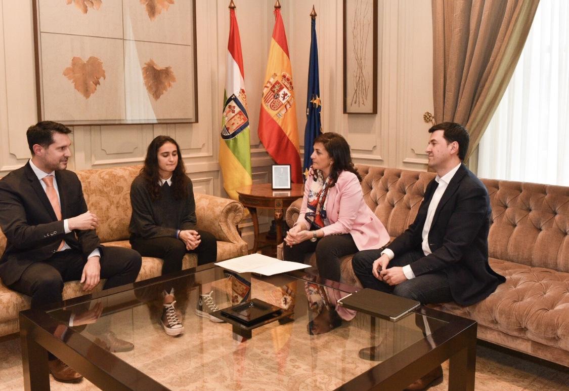 Photo of Concha Andreu tiende la mano a la atleta Ghaita Jarraz para su nacionalización